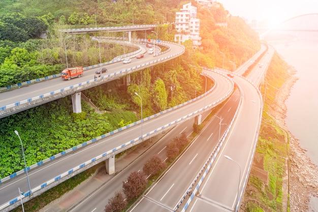 Longo sinuoso novo transporte liberdade luz solar