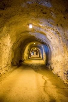 Longos túneis sinuosos na alta montanha.