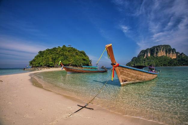 Longtail barco no famoso ensolarado long beach