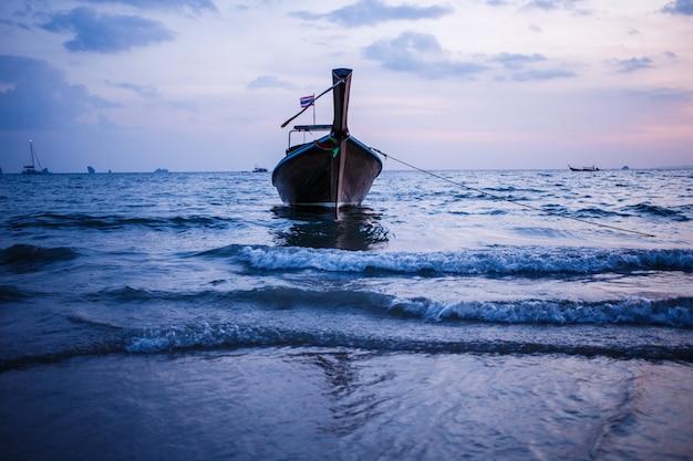 Longtail barco no nascer do sol.