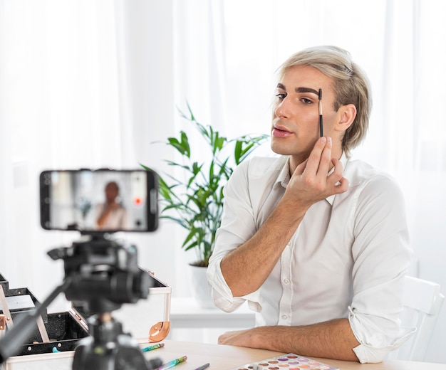 Look de maquiagem masculina fazendo um vídeo com o celular