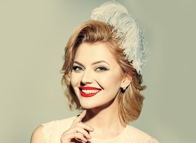 Look vintage. mulher retro. garota loira sensual com maquiagem elegante, pin-up. beleza, moda, cosméticos, estilo vintage.