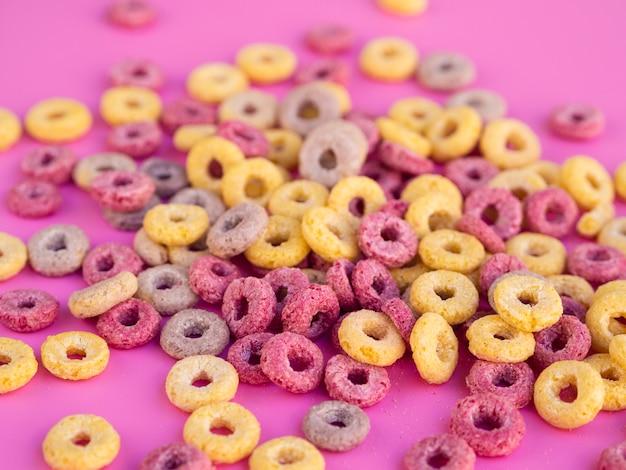 Loops de cereal de frutas rosa e amarelo
