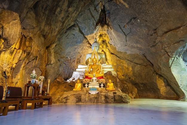 Lopburi, tailândia - 7 de outubro: caverna da velha estátua de buda em wat wat khao wong, o templo do budismo na tailândia