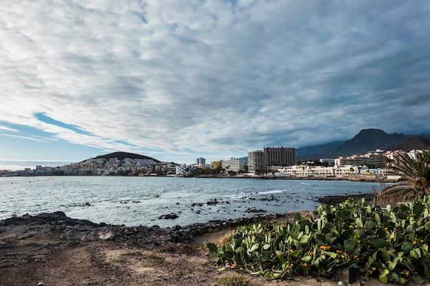 Los cristianos, tenerife, cidade costeira perto de ondas e natureza.
