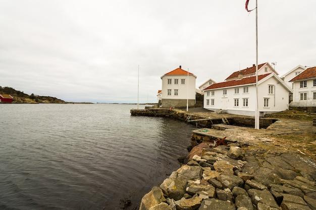 Loshavn, vila idílica de pirata norueguês costal com casas de madeira brancas