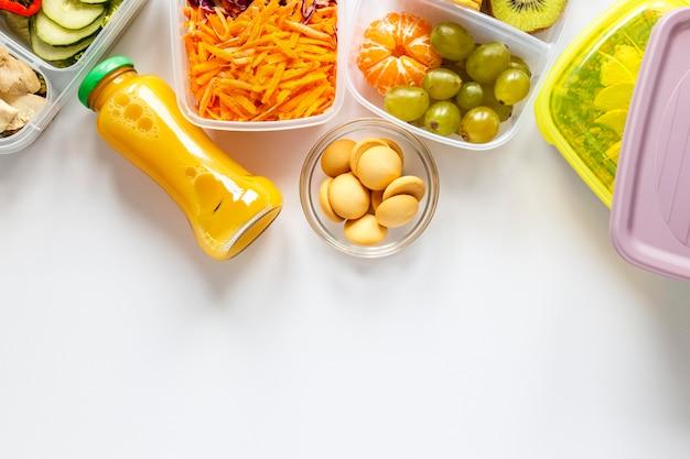 Lote de alimentos cozidos em recipientes com espaço de cópia