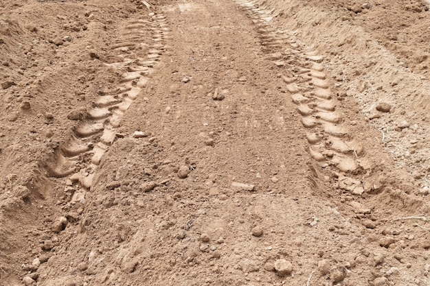 Lote de pneus na terra suja chão para abstrato