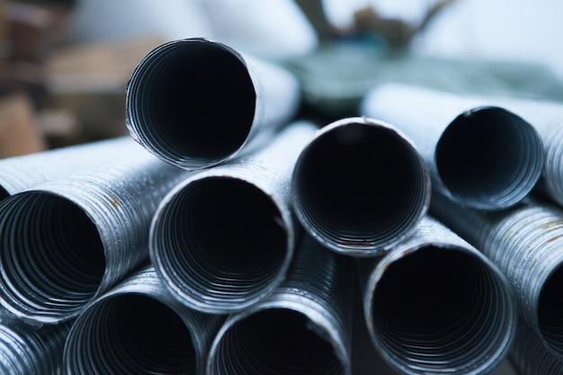 Lote de tubos redondos - tubos metálicos ou de alumínio no canteiro de obras.
