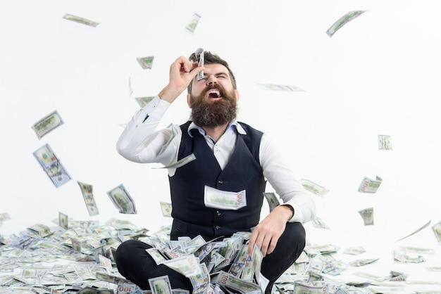 Loteria de compras. renda. beneficiar. ganhos. conceito de pessoas. retrato de feliz milionário barbudo satisfeito. dinheiro fácil. homem barbudo animado com dinheiro. homem olhando através da nota.