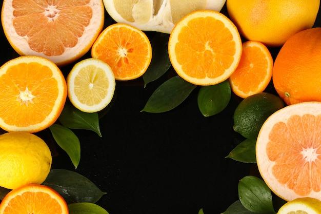 Lotes de frutas cítricas maduras isoladas em preto