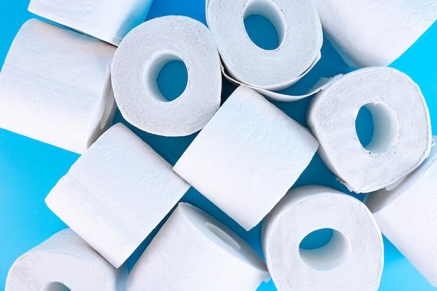 Lotes de rolos de papel higiênico de perto
