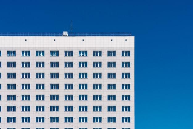 Lotes geométricos de linhas da janela. textura de construção moderna. construção de escritórios. close de prédio. muitas janelas na parede enorme. prédio clássico europeu com espaço de cópia