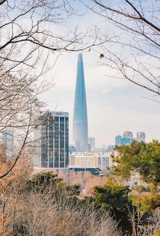 Lotte world tower e paisagem urbana com céu azul nublado no inverno