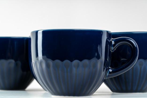Louça azul cerâmica simples no balcão da cozinha. louça