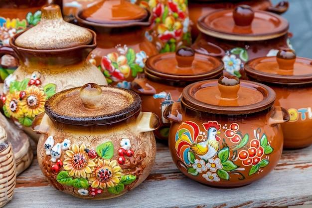 Louça de barro antiga com um lindo padrão floral em uma mesa de madeira