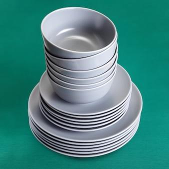 Louça de pratos e tigelas, utensílios de cozinha em cerâmica revestidos com esmalte cinza fosco.