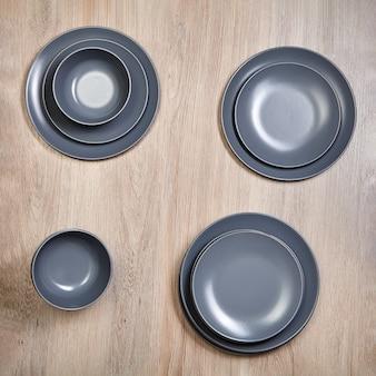 Louça, pratos e tigelas de cerâmica cinza.