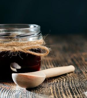Louças e aparelhos comuns que são usados para armazenar e transportar mel, feitos de talheres para mel de diversos materiais