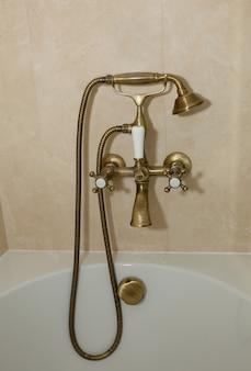 Louças sanitárias de metal dourado no banheiro