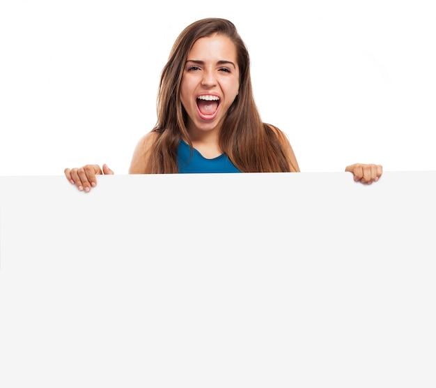 Louco adolescente segurando um cartaz em branco