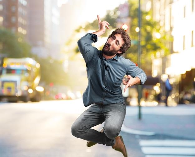 Louco salto jovem. expressão feliz