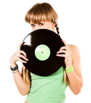 Loura brincalhão com discos de vinil