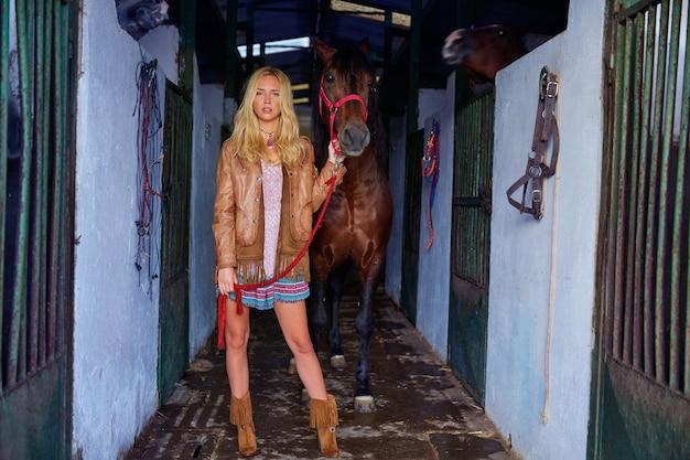 Loura, menina, segurando, cavalo, em, estável