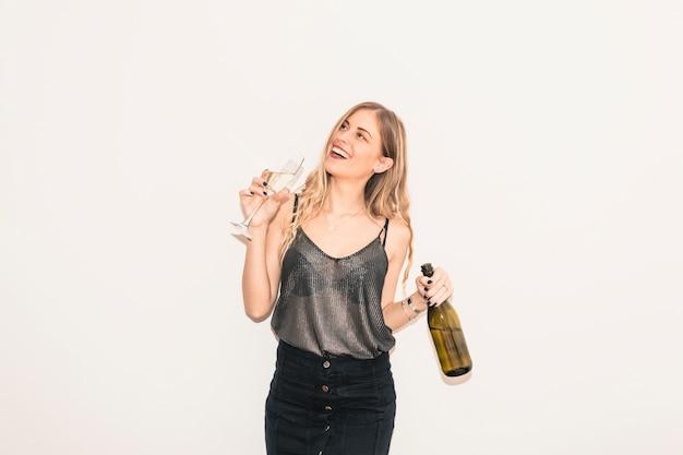 Loura, mulher, bebendo, champanhe, de, vidro