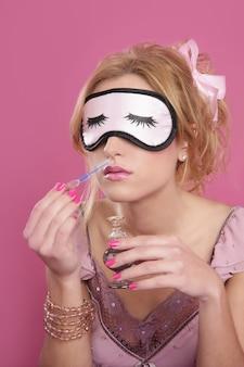 Loura, mulher, cheirando, perfume, máscara sono, cego