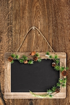 Lousa de estilo retro na parede de madeira árvore de natal decoração de bruch fundo rústico