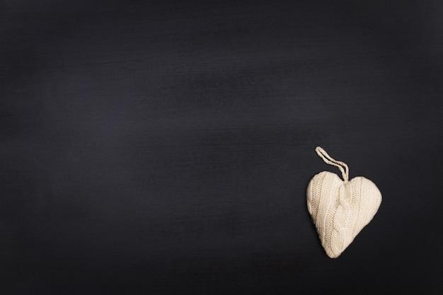 Lousa em branco com coração de malha com espaço de texto