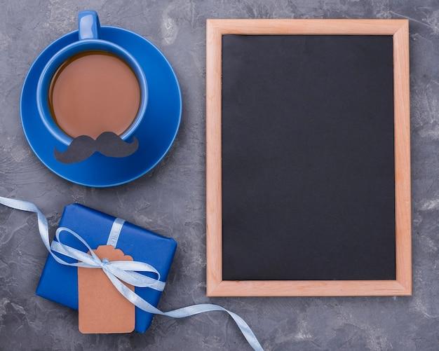 Lousa vazia com moldura e café dia dos pais