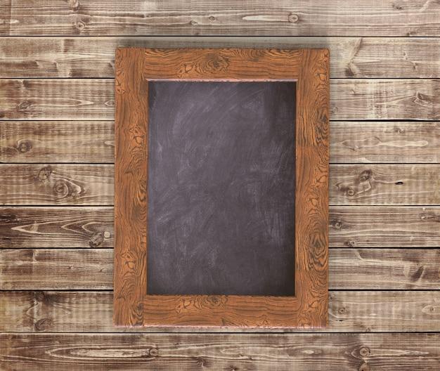 Lousa vazia na mesa de madeira