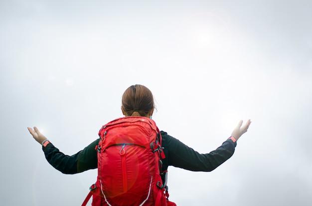 Louvado seja o senhor nas montanhas que são bonitas por natureza. para acalmar a mente, comunique-se com deus com muito amor