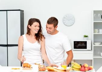 Lovely couple preparando o café da manhã juntos