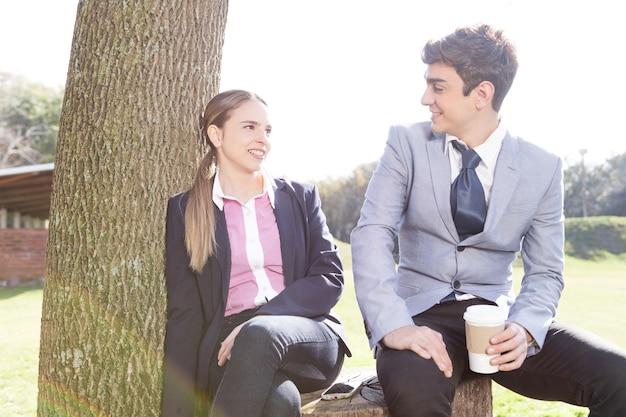 Lovely jovem casal olhando para o outro