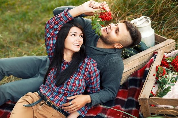 Lovely jovem casal se divertindo na grama