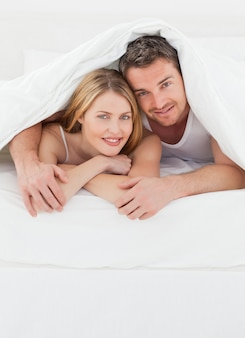 Lovely par abraçando na cama