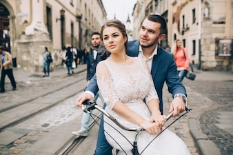 Loving casado em bicicleta