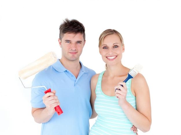 Loving couple painting em sua nova casa