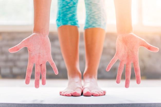 Lowsection vista de uma mulher mostrando a palma da mão