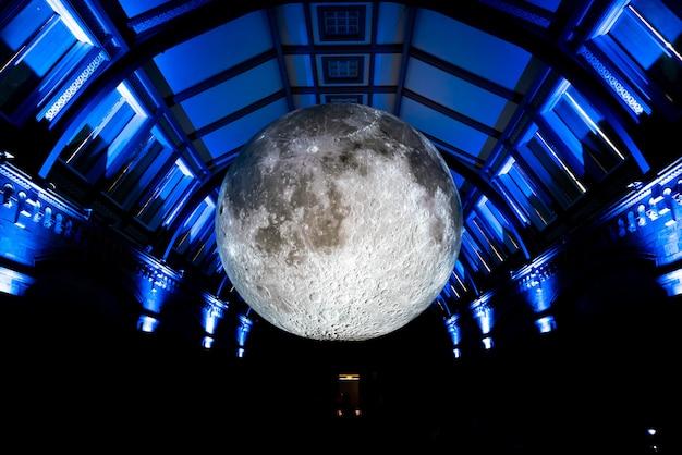 Lua artificial em museu de história natural de londres
