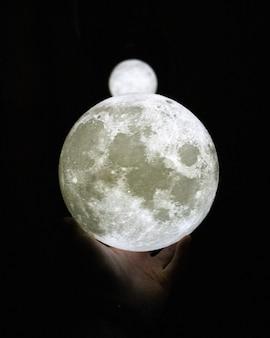 Lua branca em uma mão