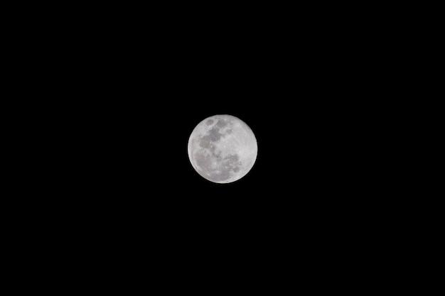 Lua cheia com fotografia de fundo de céu negro pêssego tirada com câmera dsrl e lente telefoto