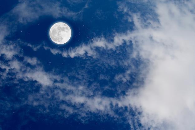 Lua cheia com fundo estrelado e das nuvens. noite romântica.