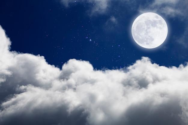 Lua cheia com fundo estrelado e nuvens. noite romântica.