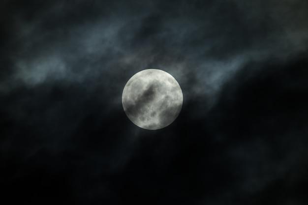 Lua cheia e nuvens no céu noturno