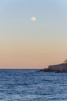 Lua cheia nascendo na praia brasileira