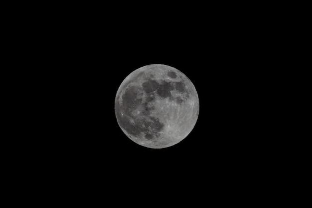Lua cheia no céu escuro da noite
